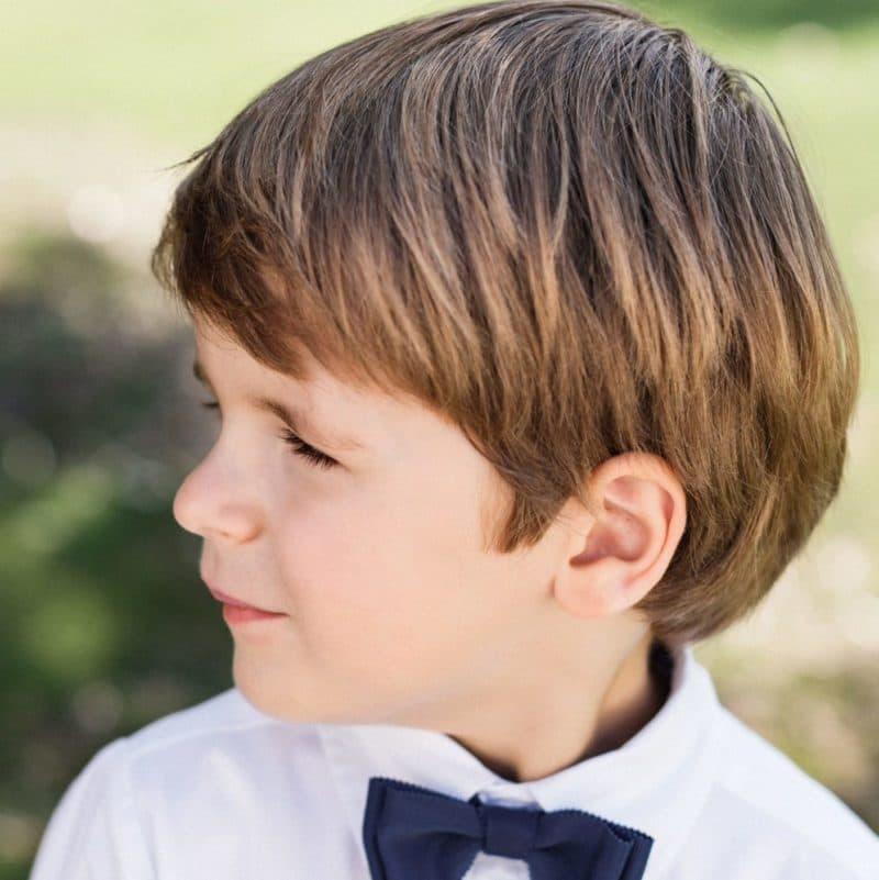 Portrait petit garçon avec noeud papillon bleu marine