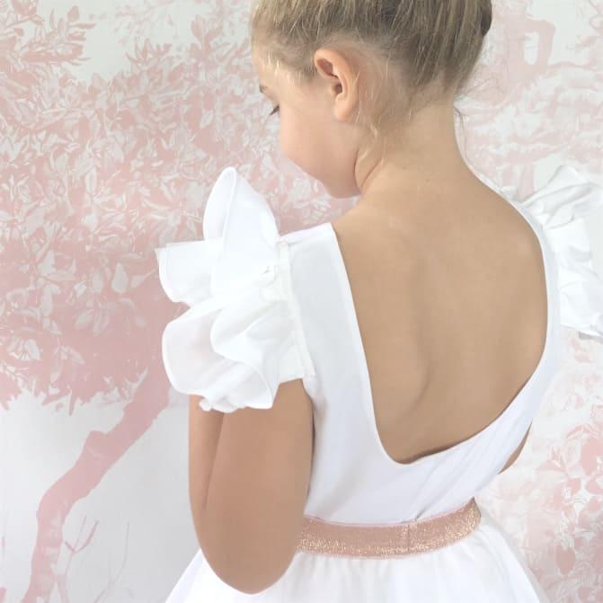 Petite fille portant un haut blanc pour un mariage