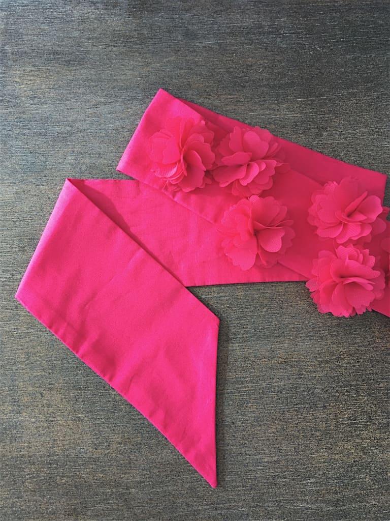 Détails ceinture de cérémonie en popeline fuchsia pour petite fille, fleurs en mousseline