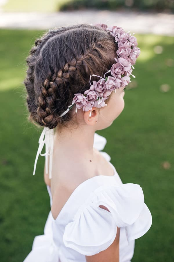 Coiffure de cérémonie pour petite fille avec couronne de fleurs et tresses