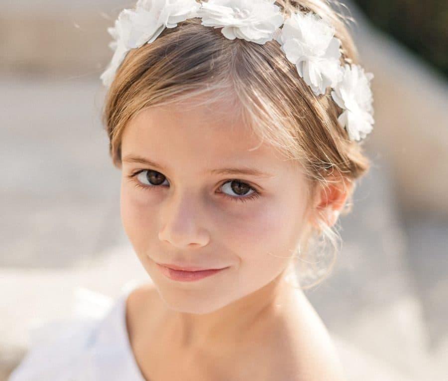 Petite fille de cortège avec couronne de fleurs