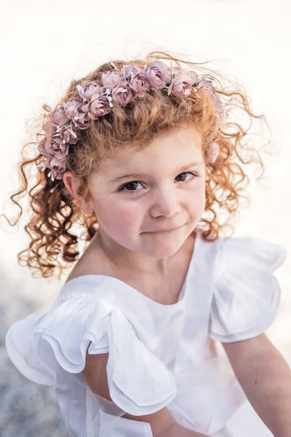 Petite fille rousse portant une couronne de demoiselle d'honneur