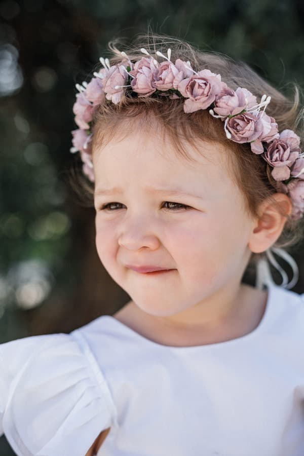 Bébé fille portant une couronne de fleurs roses pour un cortège ou un baptême