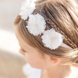 Couronne de fleurs enfant d'honneur sur cheveux attachés