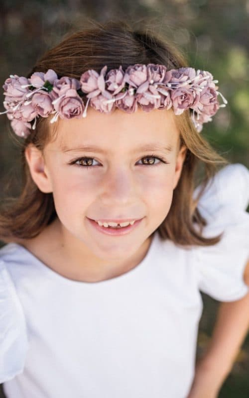 Portrait petit fille avec couronne de fleurs roses