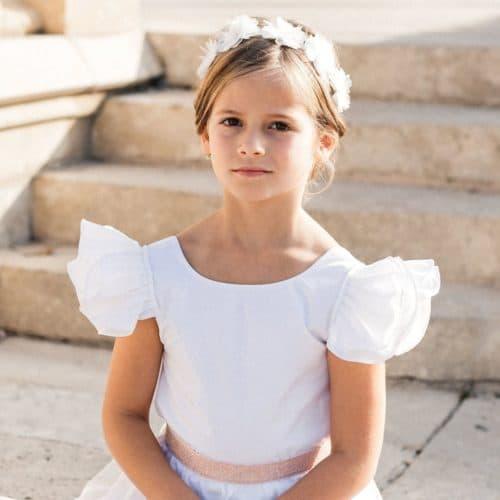 Petite fille avec un haut blanc à volants