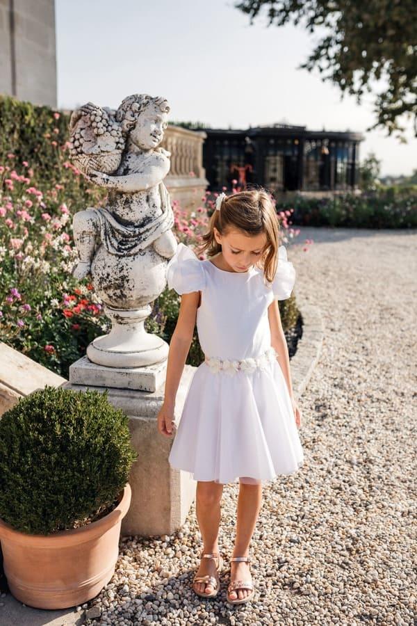 Petite fille d'honneur en robe blanche élégante Maison ème