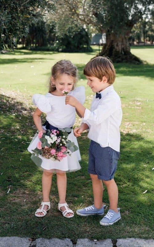 Cérémonie petite fille et petit garçon avec fleurs