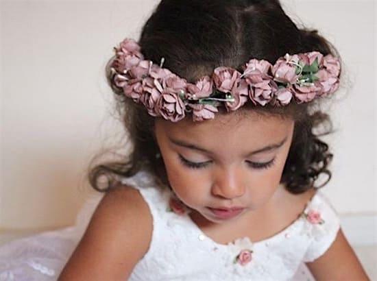Petite demoiselle d'honneur avec couronne de fleurs rose poudrée Daphné Maison ème