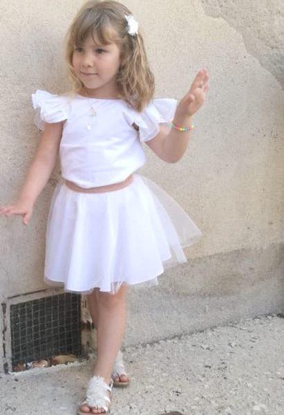 Petite fille à un mariage en robe blanche de cérémonie Maison ème