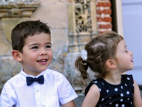 Enfants avec llok bleu marine et blanc pour un baptême : noeud papillon bleu marine et barrette fleur blanche