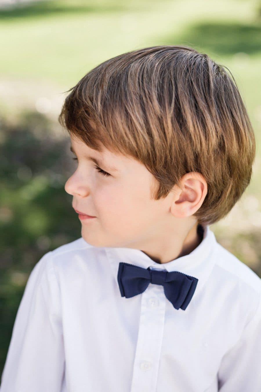 Petit garçon portant un noeud papillon enfant mariage