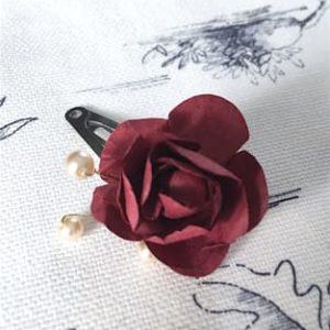 Petite barrette avec une rose bordeaux