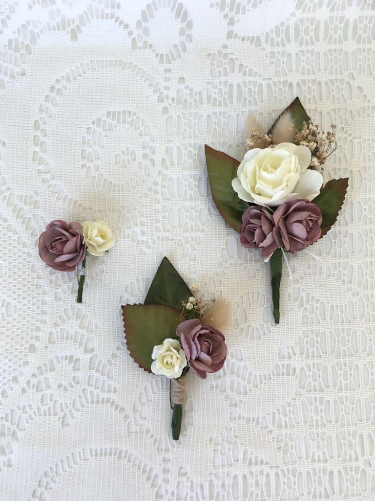 déclinaison de boutonnières pour mariage en fleurs séchées